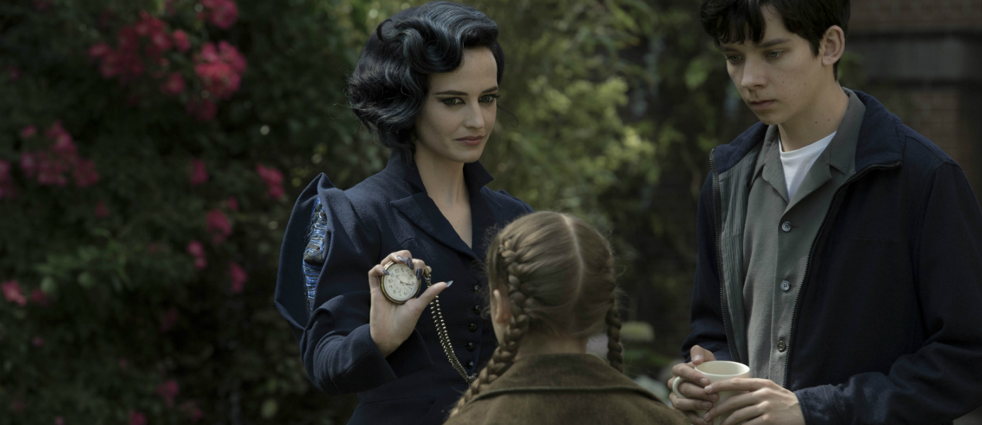Eva Green et Asa Butterfield dans Miss Peregrine